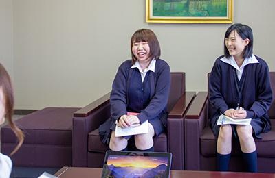 インタビュー中の西村沙耶さんと中村澪里さん